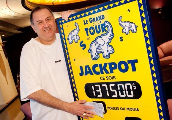 Shlomo Michles, gagnant d'un lot de 137 500$, lors de son passage au siège social de Loto-Québec.